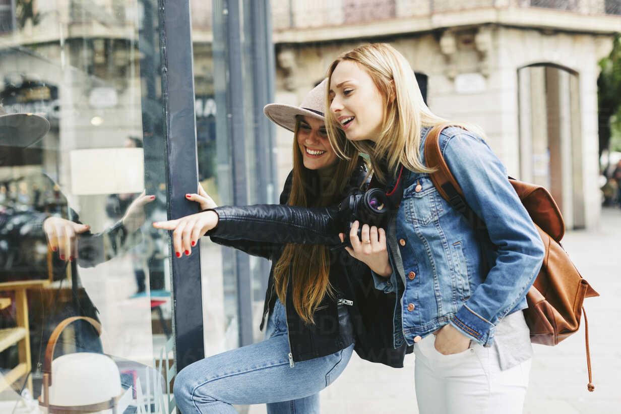 Two young women looking in shop window - EBSF000965 - Bonninstudio/Westend61