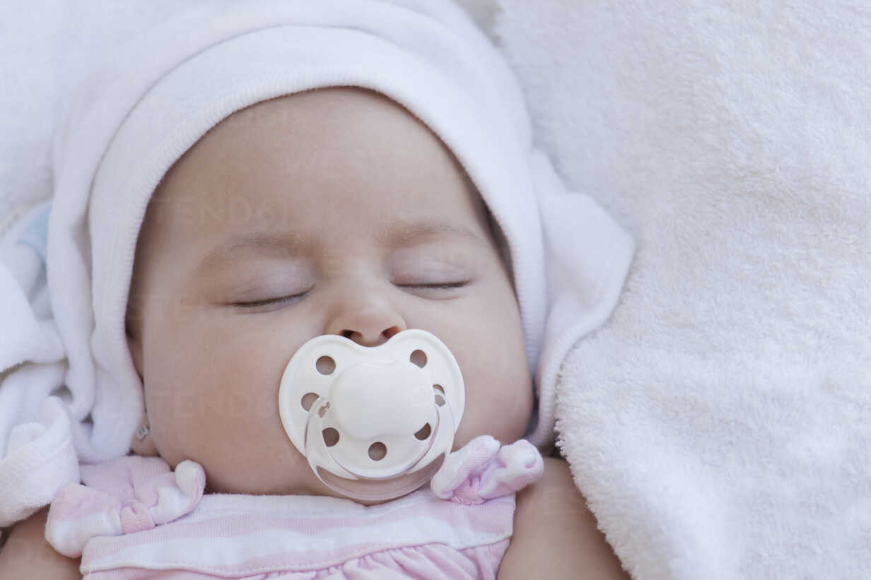 Portrait of sleeping baby girl with pacifier - ERLF000067 - Enrique Ramos/Westend61