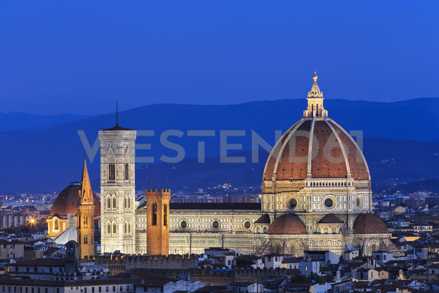 Italy, Tuscany, Florence, Cityscape, View of Cattedrale di Santa Maria del Fiore in the evening - FOF008335