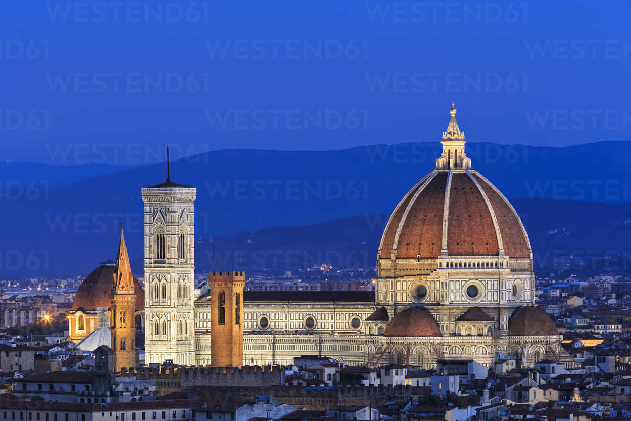 Italy, Tuscany, Florence, Cityscape, View of Cattedrale di Santa Maria del Fiore in the evening - FOF008335 - Fotofeeling/Westend61