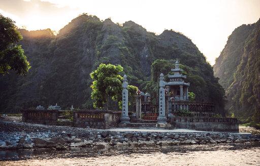 Vietnam, Ninh Binh, Buddhist temple in the evening - EHF000290