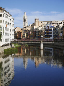 Spain, Girona, River Onyar with Santa Maria de Girona cathedral in background - JMF000362