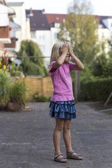 Litte blond girl playing hide and seek - JFEF000740