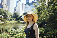 USA, New York City, portrait of young woman in Central Park - GIOF000334