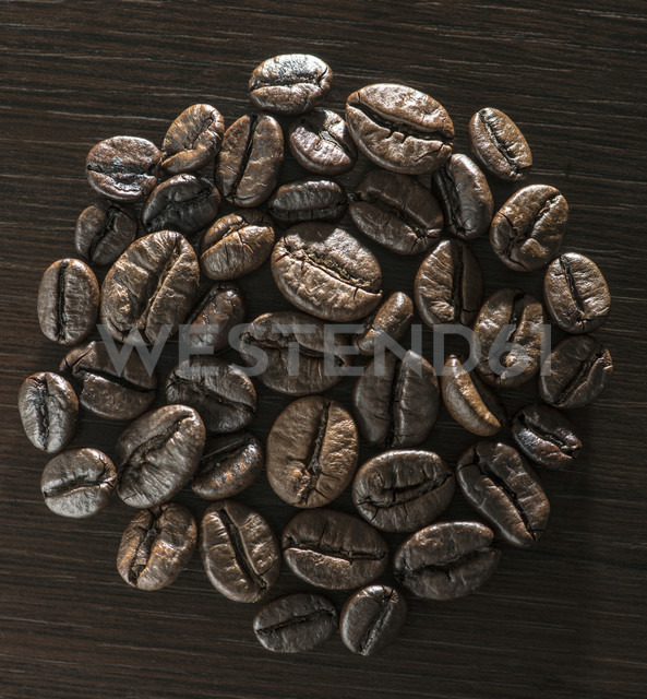 Coffee beans on wooden background - DEGF000554 - Deyan Georgiev/Westend61