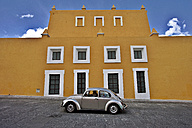 Mexico, Puebla, Historical city center, VW Beetle against yellow house front - FP000065