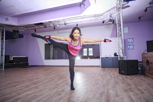 Asian woman exercising piloxing - VT000460