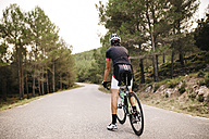 Cyclist with racing cycle on a road - JRFF000159