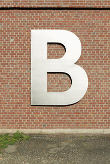 Letter B on brick wall - VIF000438