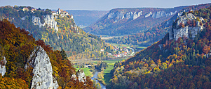 Germany, Baden Wuerttemberg, Upper Danube Nature Park, View of Upper Danube Valley and Werenwag Castle in autumn - WG000753