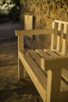 Coffee cup on wooden bench - RIBF000336