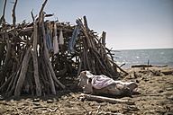 Italy, Tuscany, Maremma, tree hut on beach - RIBF000354