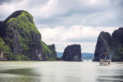 Vietnam, Ha Long Bay, picturesque sea landscape - EHF000299
