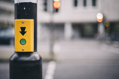 Green push button of a pedestrian light - DASF000012
