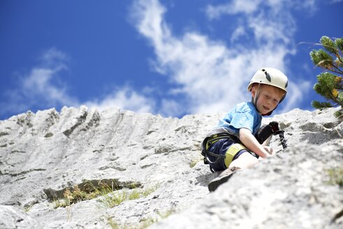 Austria, Tyrol, Rofan mountains, boy climbing - JEDF000258