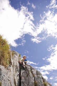 Austria, Tyrol, Rofan mountains, boy climbing - JEDF000267