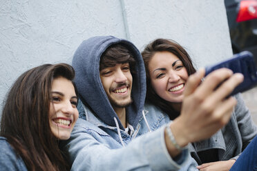 Three friends taking a selfie with cell phone - GIOF000436