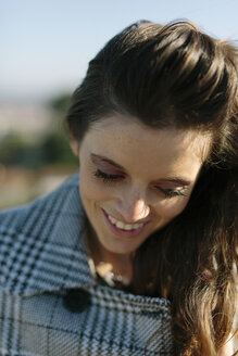 Smiling brunette woman outdoors - GIOF000455