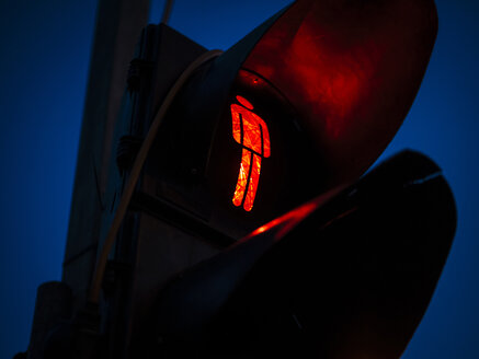 Red traffic light at night - DASF000019