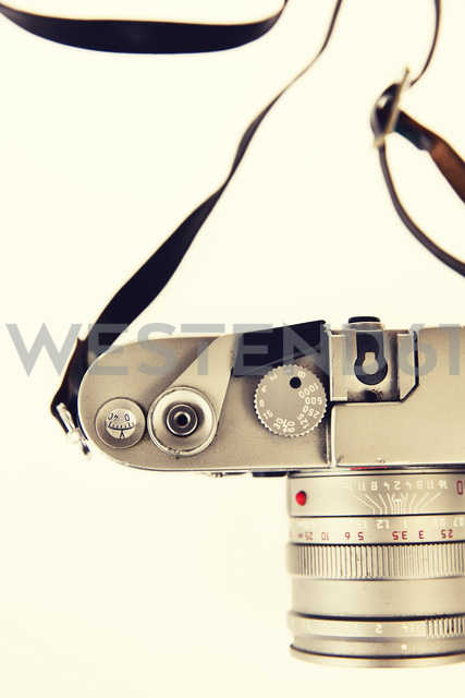 Old camera in front of light background - JATF000761 - Jan Tepass/Westend61