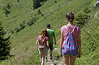 Germany,  Bavaria, Lenggries, Father hiking with his daughters at Brauneck mountain - LBF001279