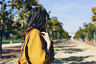 Stylish woman at the park on a sunny autumn day - GIOF000471
