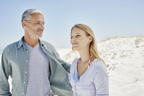 Best ager with adult daughter at the beach - RORF000163