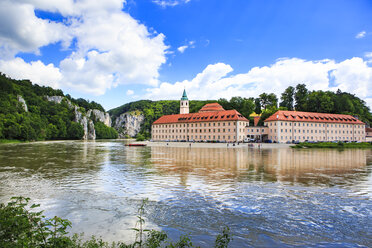 Germany, Kelheim, view to Weltenburg Abbey with Danube River in the foreground - VT000478