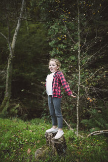 Portrait of happy blond girl in nature - RAEF000647
