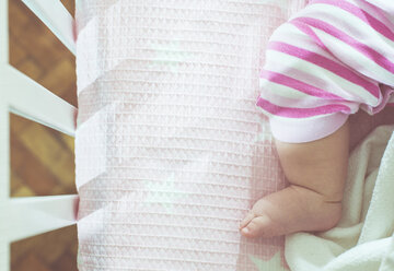 Foot of baby girl in a cot - DEGF000576