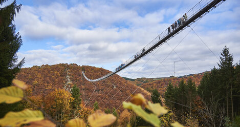 Germany, Rhineland-Palatinate, Hunsrueck, Saar-Hunsrueck-Steig, Swing Bridge Geierlay - BSCF000501