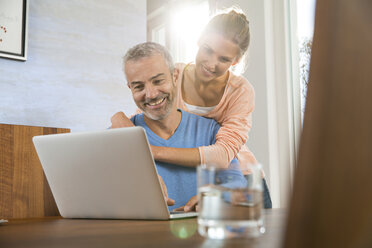 Couple at home working from laptop - FKF001584