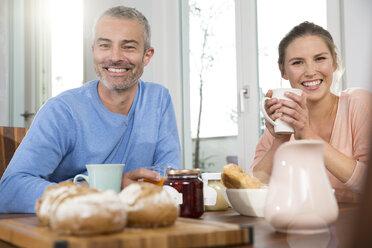 Couple having breakfast at home - FKF001590