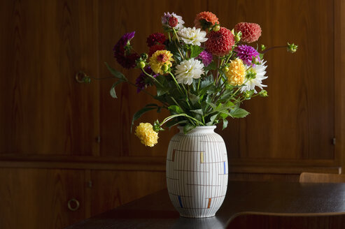 Flower vase with bunch of asters - ASF005742