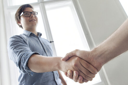 Two young professionals shaking hands - JUBF000064