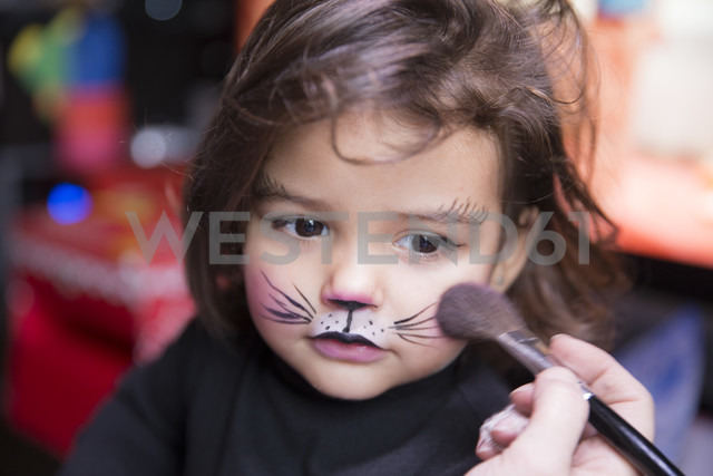 Woman painting little girl's face like a cat - ERLF000080 - Enrique Ramos/Westend61