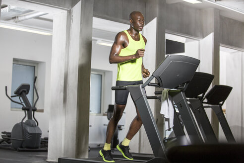 Athlete running on treadmill in gym - MADF000587