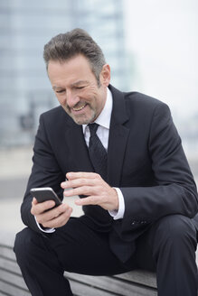 Businessman using smartphone - GUFF000163