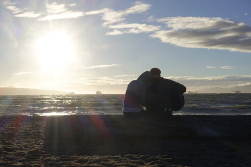 Canada, Vancouver Island, Longbeach, Lovers sitting a on the beach, playing guitar - TM000053