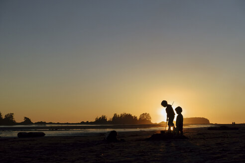 Canada, Vancouver Island, Longbeach, Children playing at the beach - TM000056