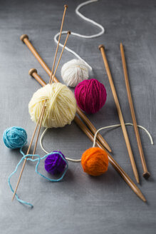Balls of wool and knitting needles - MYF001246