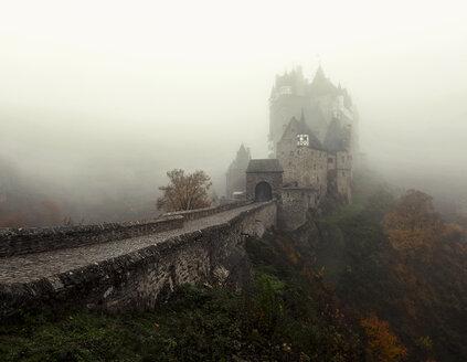 Germany, Rhineland-Palatinate, Eltz Castle in fog - HC000158