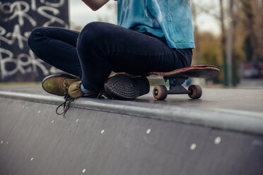 Young woman sitting at skatepark - ZEDF000016
