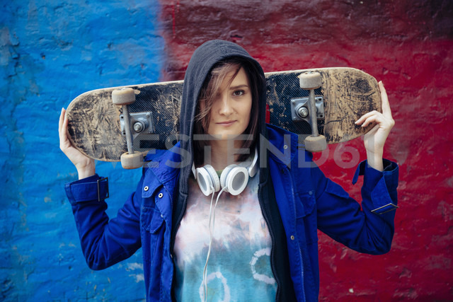 Portrait of young woman holding skateboard - ZEDF000022 - Zeljko Dangubic/Westend61