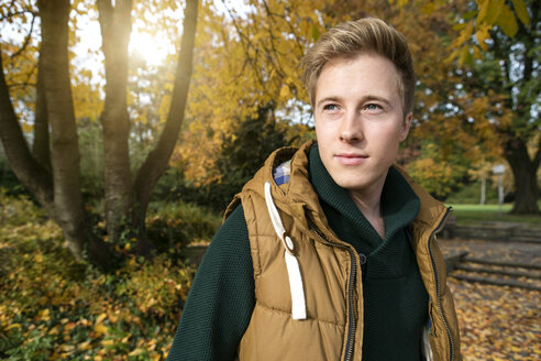 Smiling young man outdoors in autumn - GDF000918