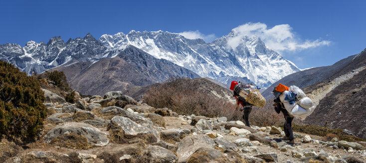 Nepal, Himalayas, Khumbu, Everest Region, Shepas walking in mountains - ALR000189