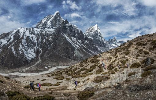 Nepal, Himalayas, Khumbu, Everest Region, Taboche, Mountaineers crossing mountains - ALRF000192