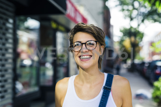 Portrait o happy blond woman wearing spectacles - GIOF000555