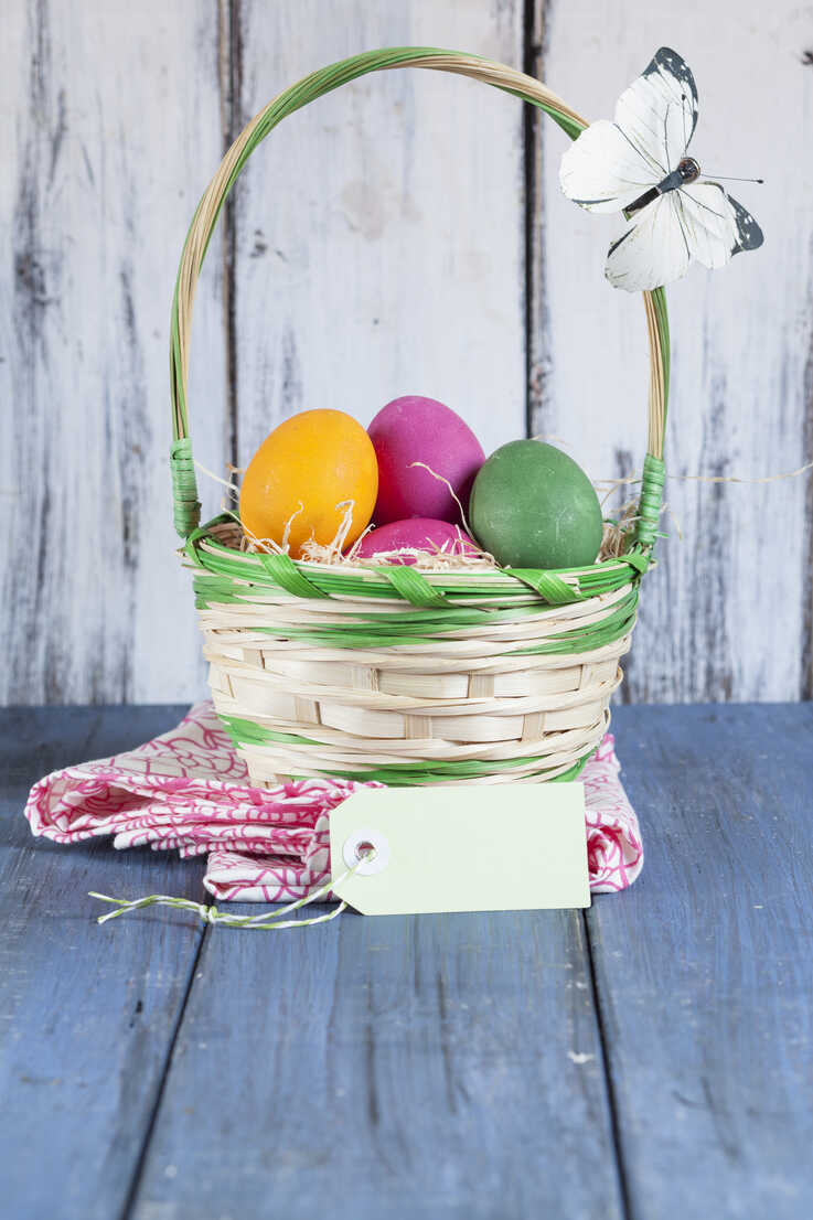 Colourful Easter basket with tag and butterfly decoartion - SBDF002553 - Susan Brooks-Dammann/Westend61