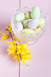 Glass bowl with sweet Easter eggs and Forsythia twig - SBDF002559